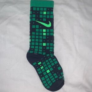Nike Kids green socks 6-7 NWT cute